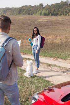 Paar mit hund und auto im freien