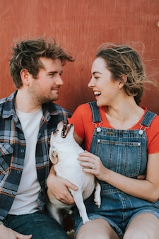 Paar mit ihrem adoptierten chihuahuahund