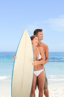 Paar mit ihrem surfbrett