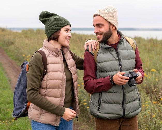 Paar mit kamera, die sich gegenseitig anschauen