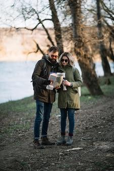 Paar mit karte vollaufnahme