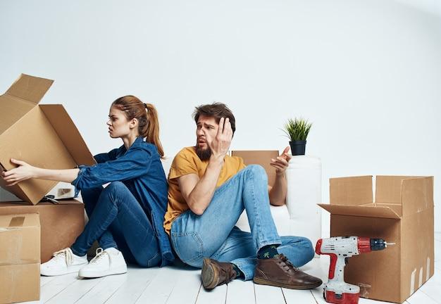 Paar mit kisten in bewegung