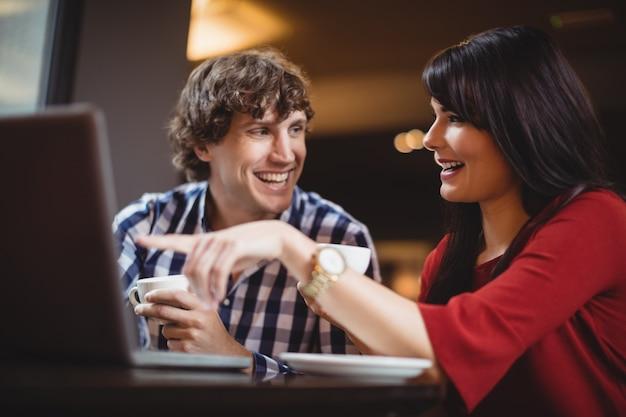 Paar mit laptop beim kaffee