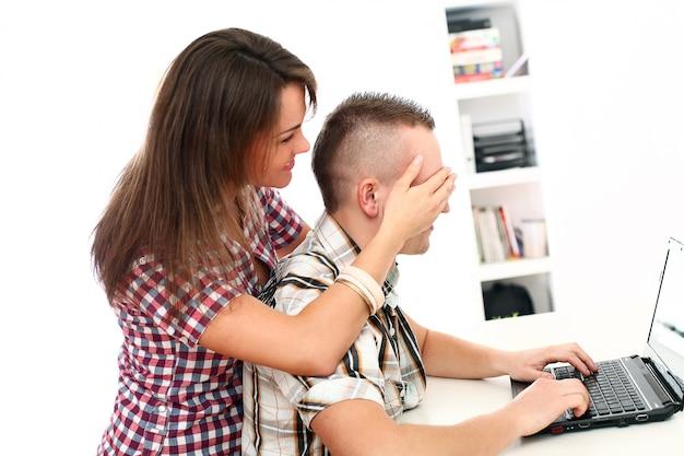 Paar mit laptop zusammen