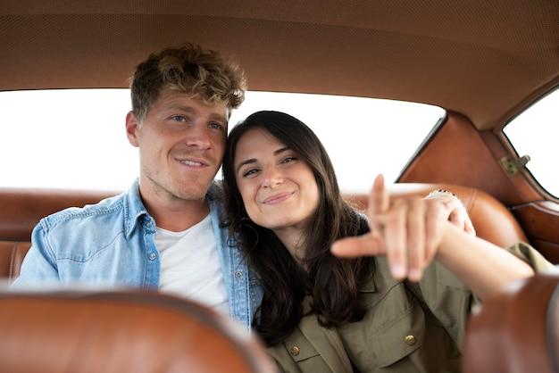 Paar mit mittlerem schuss im auto