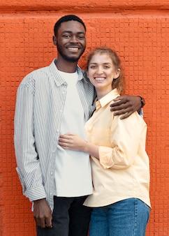 Paar mit mittlerer aufnahme posiert zusammen