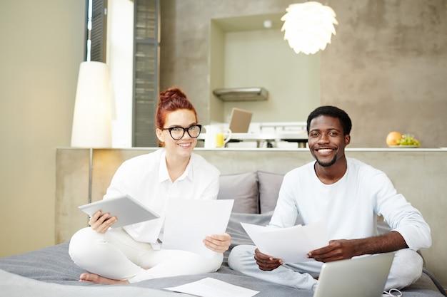 Paar mit papieren