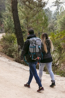 Paar mit rucksack, der die natur erkundet