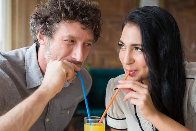 Paar mit saft in der cafeteria
