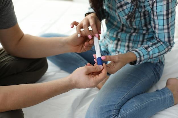 Paar mit schwangerschaftstestergebnissen
