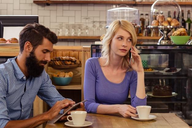 Paar mit smartphones mit einem anruf