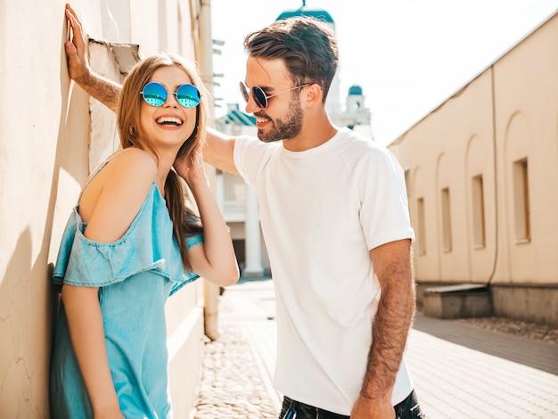 Paar mit sonnenbrille posiert auf der straße