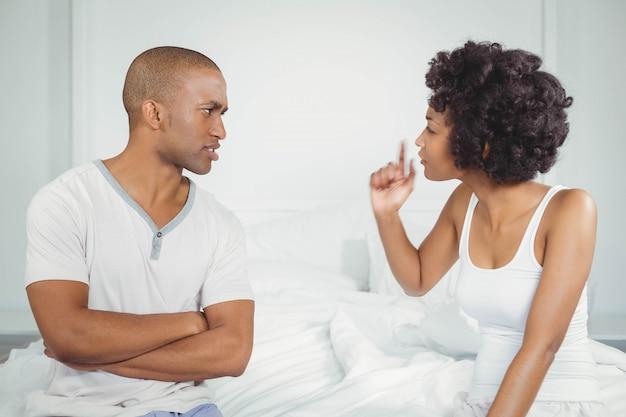 Paar mit streit im schlafzimmer