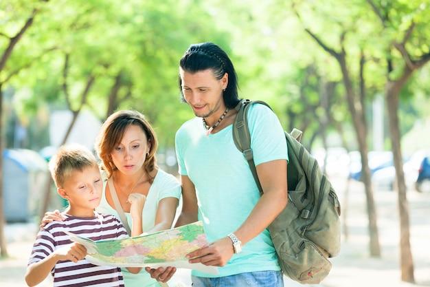 Paar mit teenager-kind zusammen reisen