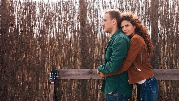 Paar mit textfreiraum seitlich umarmen