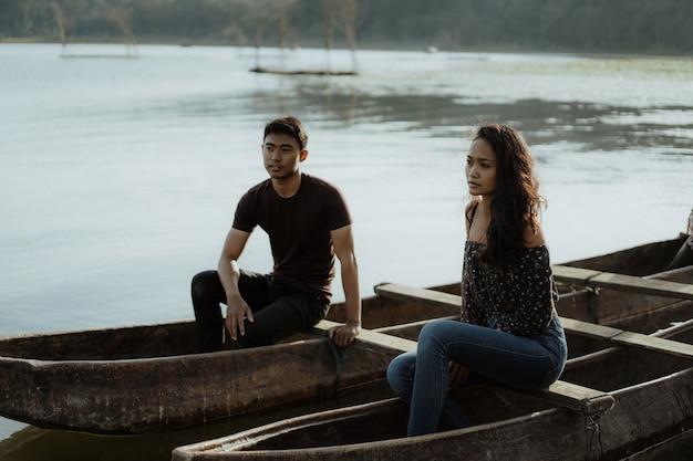 Paar mit traditionellem kanu zusammen auf einem see