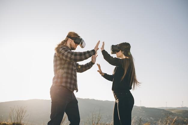 Paar mit vr-gerät, das spaß virtueller computer oder videospiele sind.