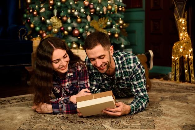 Paar mit weihnachtsgeschenk