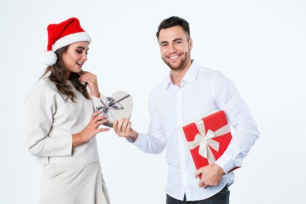 Paar mit weihnachtsgeschenken isoliert