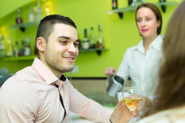 Paar mit wein in der bar