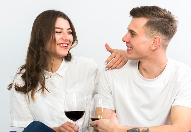 Paar mit weingläsern reden