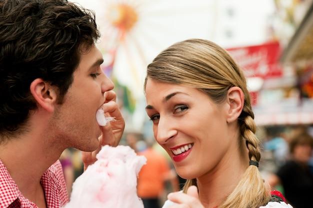 Paar mit zuckerwatte