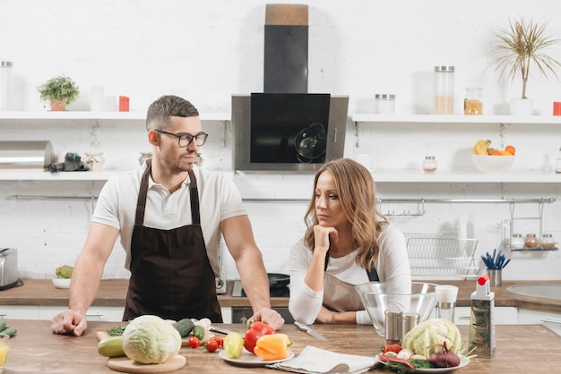 Paar mit zutaten in der küche