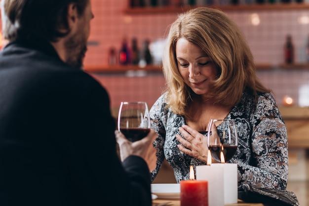 Paar mittleren alters haben einen romantischen abend bei kerzenlicht in einem restaurant
