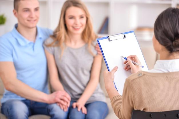 Paar nach der therapiesitzung mit einem familienpsychologen.