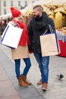 Paar nach großen weihnachtseinkäufen