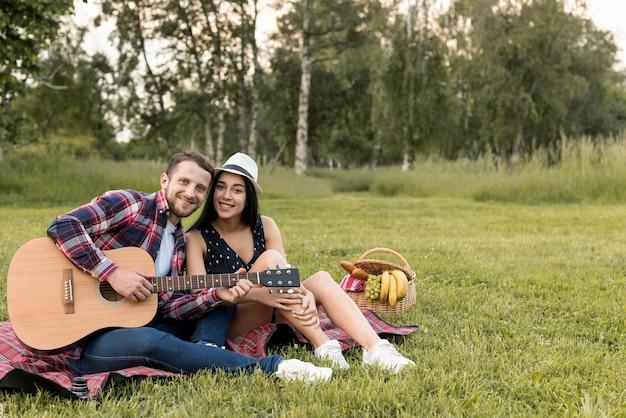 Paar posiert auf einer picknickdecke