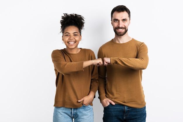 Paar posiert beim fauststoß