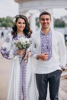 Paar posiert für ein foto an ihrem hochzeitstag