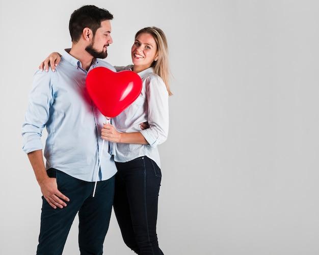 Paar posiert für valentinstag umarmt