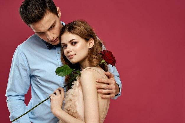 Paar posiert mit einer rose