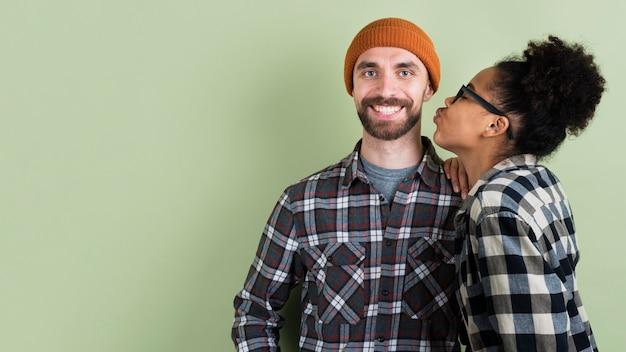 Paar posiert und kuss geben