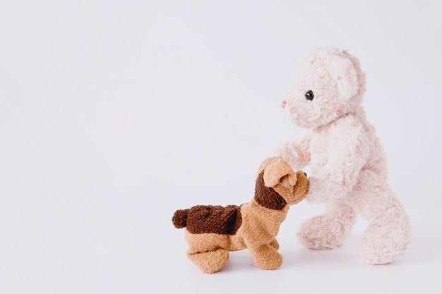 Paar puppe in beziehung, puppy und teddybär sind beste freunde.