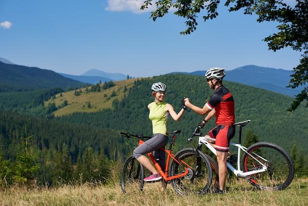 Paar radfahrer mit fahrrädern