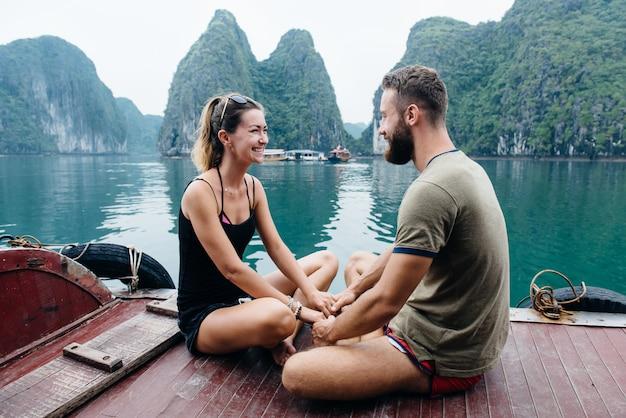Paar reisen auf kreuzfahrtschiff, blick auf ha long bay