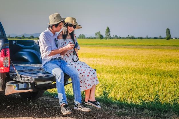 Paar reisende haben eine entspannende zeit während der reise neben der straße.