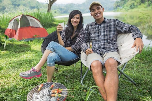 Paar reist und verbringt zeit beim campen