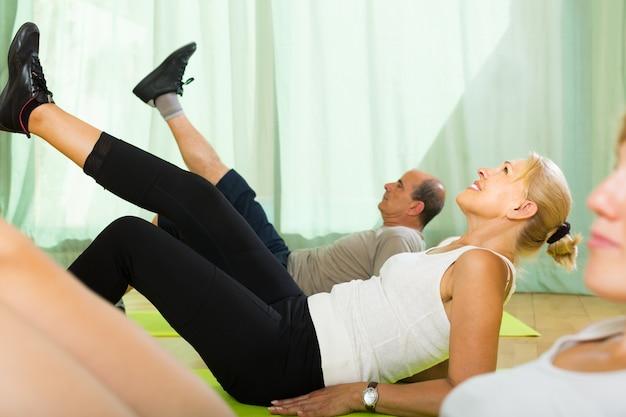 Paar rentner im fitnessstudio