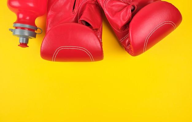 Paar rote boxhandschuhe aus leder