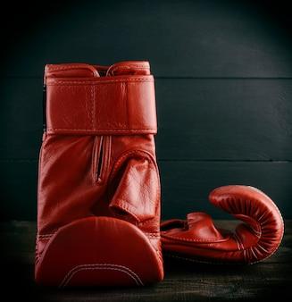 Paar rote lederhandschuhe zum boxen
