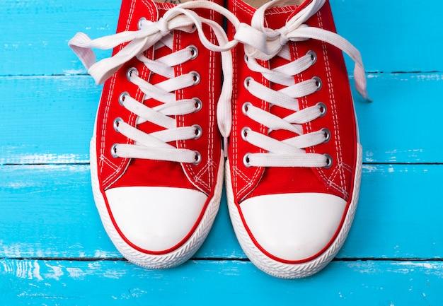 Paar rote textil-sneakers mit weißen schnürsenkeln