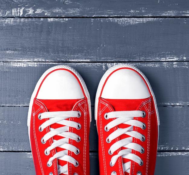 Paar rote turnschuhe aus textil