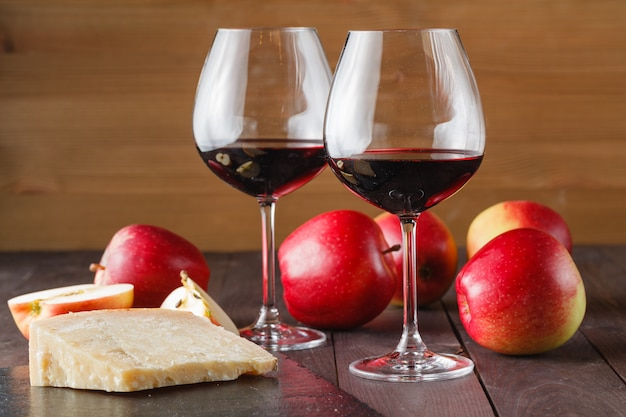 Paar rotweinglas und käse auf schieferhintergrund