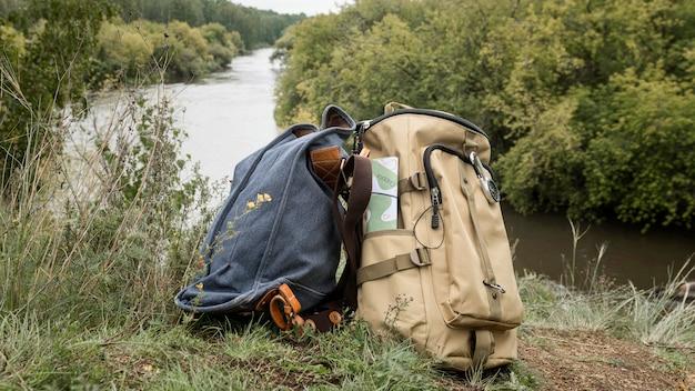 Paar rucksäcke auf gras in der natur
