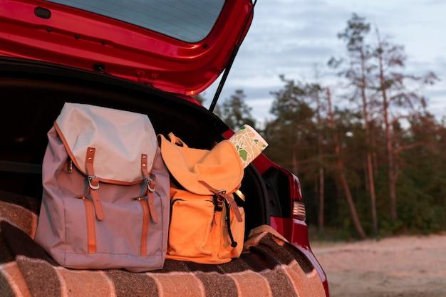 Paar rucksäcke im kofferraum mit platz zum kopieren