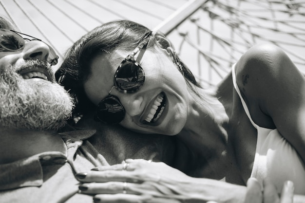 Paar ruht sich zusammen in einer hängematte aus
